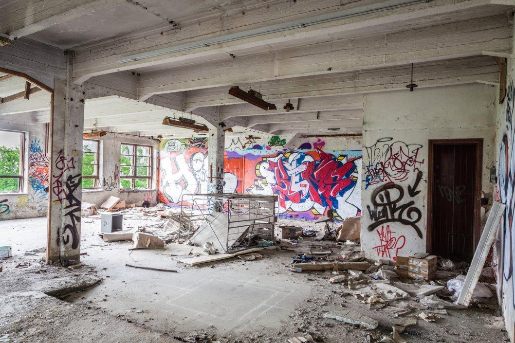 廃墟っぽい落書きされた建物内