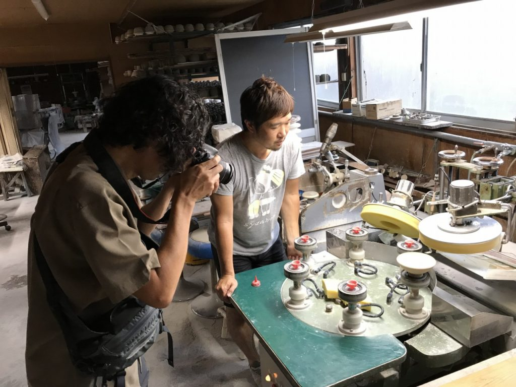 成形された茶碗の口の部分のエッジを滑らかにする工程